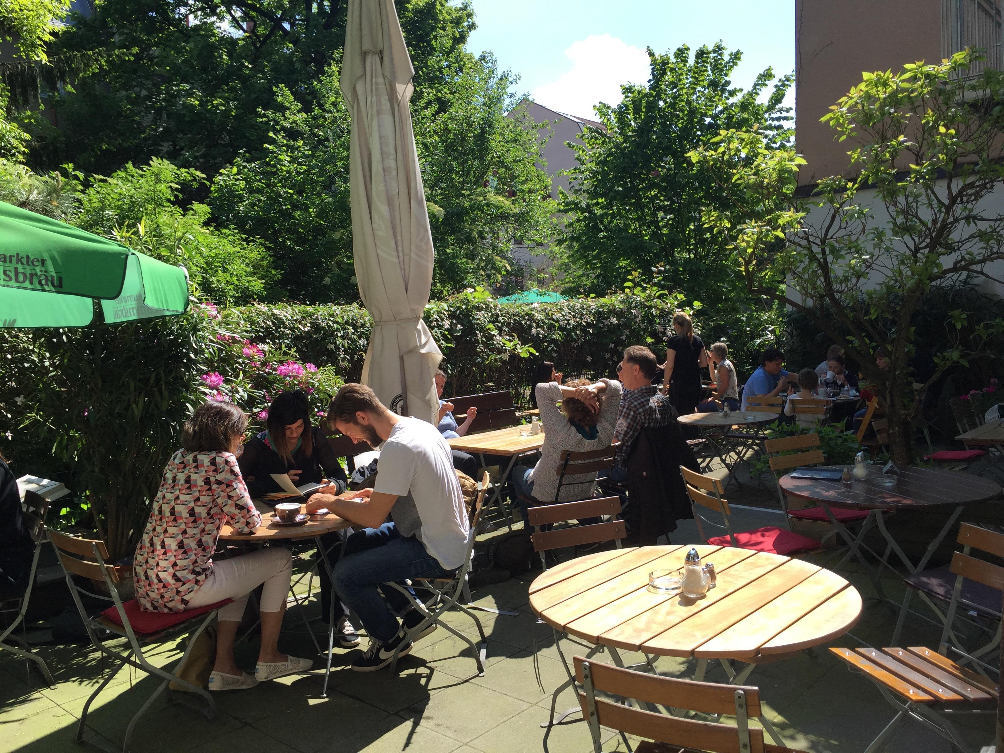 Klaviermusik Zum Fruhstuck Im Cafe Im Hinterhof Mit Vergnugen Munchen
