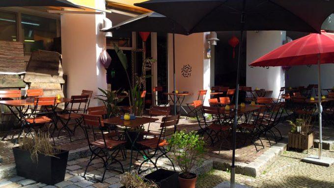 11 restaurants in denen man sch n drau en essen kann mit vergn gen m nchen. Black Bedroom Furniture Sets. Home Design Ideas
