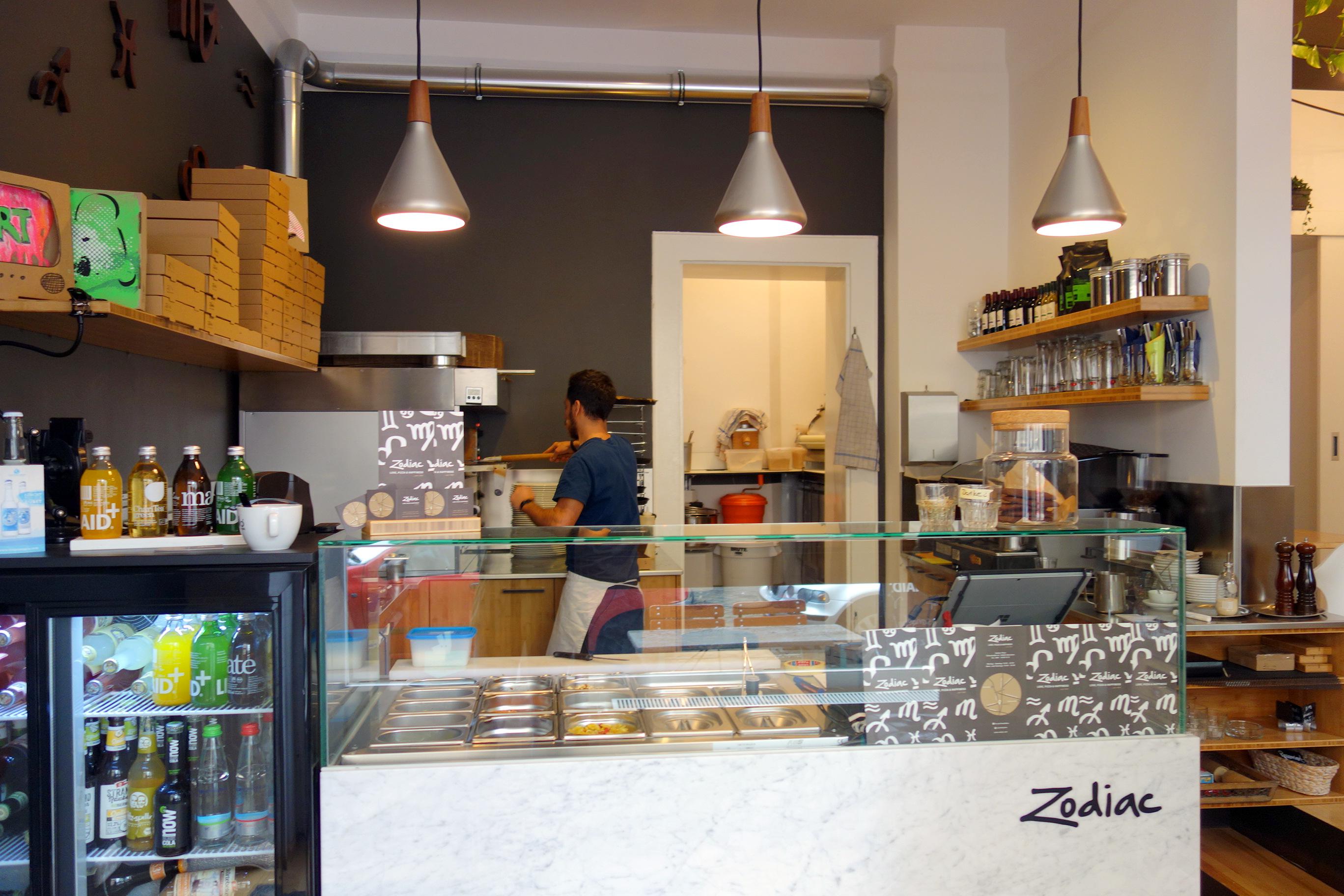 vegetarische und vegane pizza essen im zodiac in neuhausen mit vergn gen m nchen. Black Bedroom Furniture Sets. Home Design Ideas