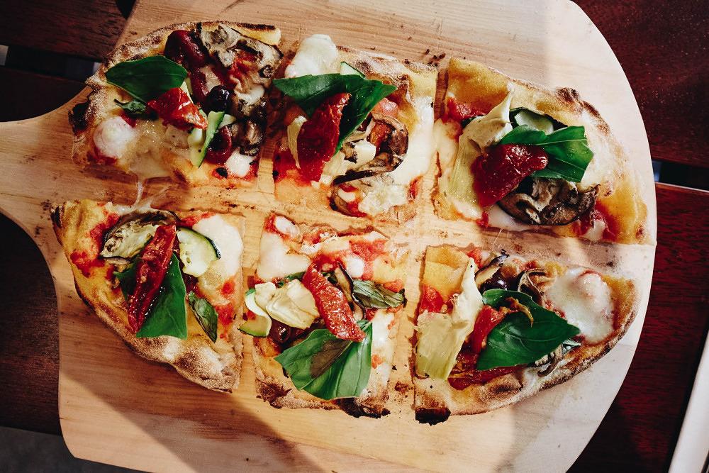 Die Ur-Pizza: Pinsa Romana essen im Riva Schwabing