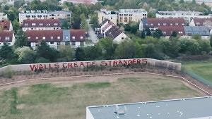 Künstlerkollektiv setzt Statement auf die Mauer in Neuperlach