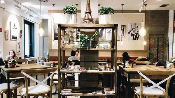 Cafe Au Lait Schlurfen Mit Hinterhof Idylle Im Cafe Dominique Mit