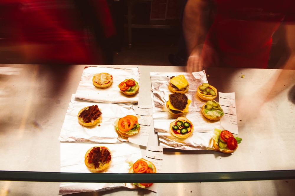 Der amerikanische Burgerladen Five Guys hat in den Riem Arcaden eröffnet