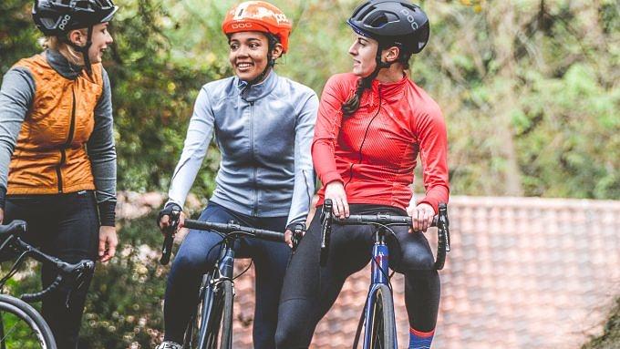 Drei Frauen in Funktionskleidung auf Fahrrädern